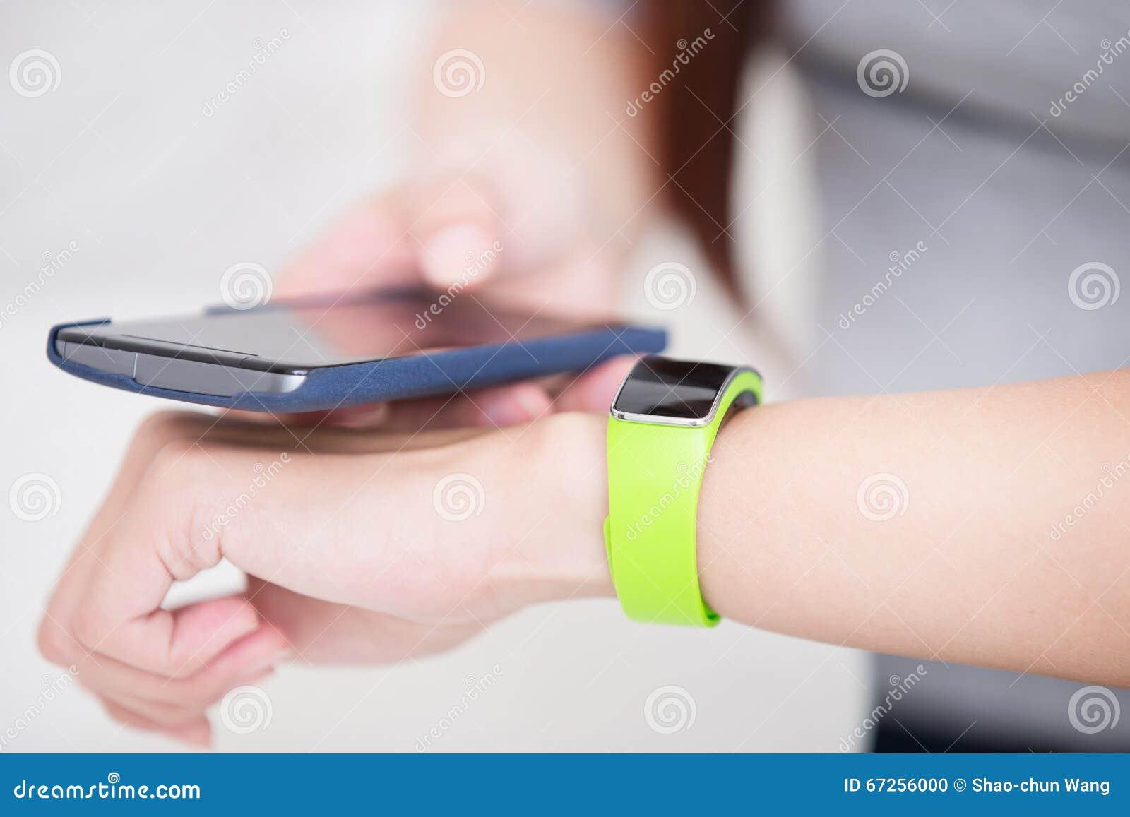 Reloj elegante del uso de la mujer