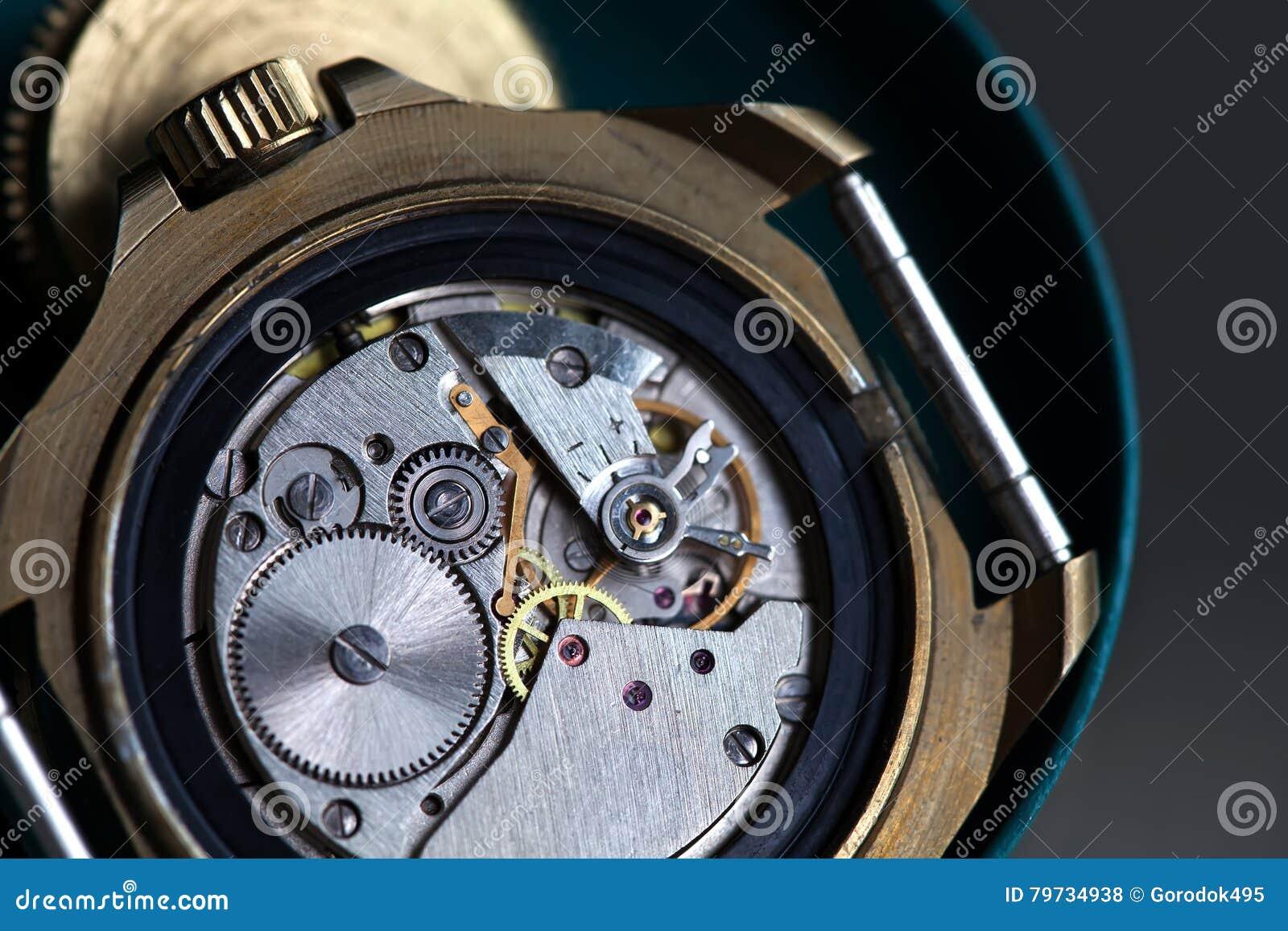 Reloj macro de la visión, mecanismo del reloj con los engranajes Profundidad del campo baja Foco selectivo