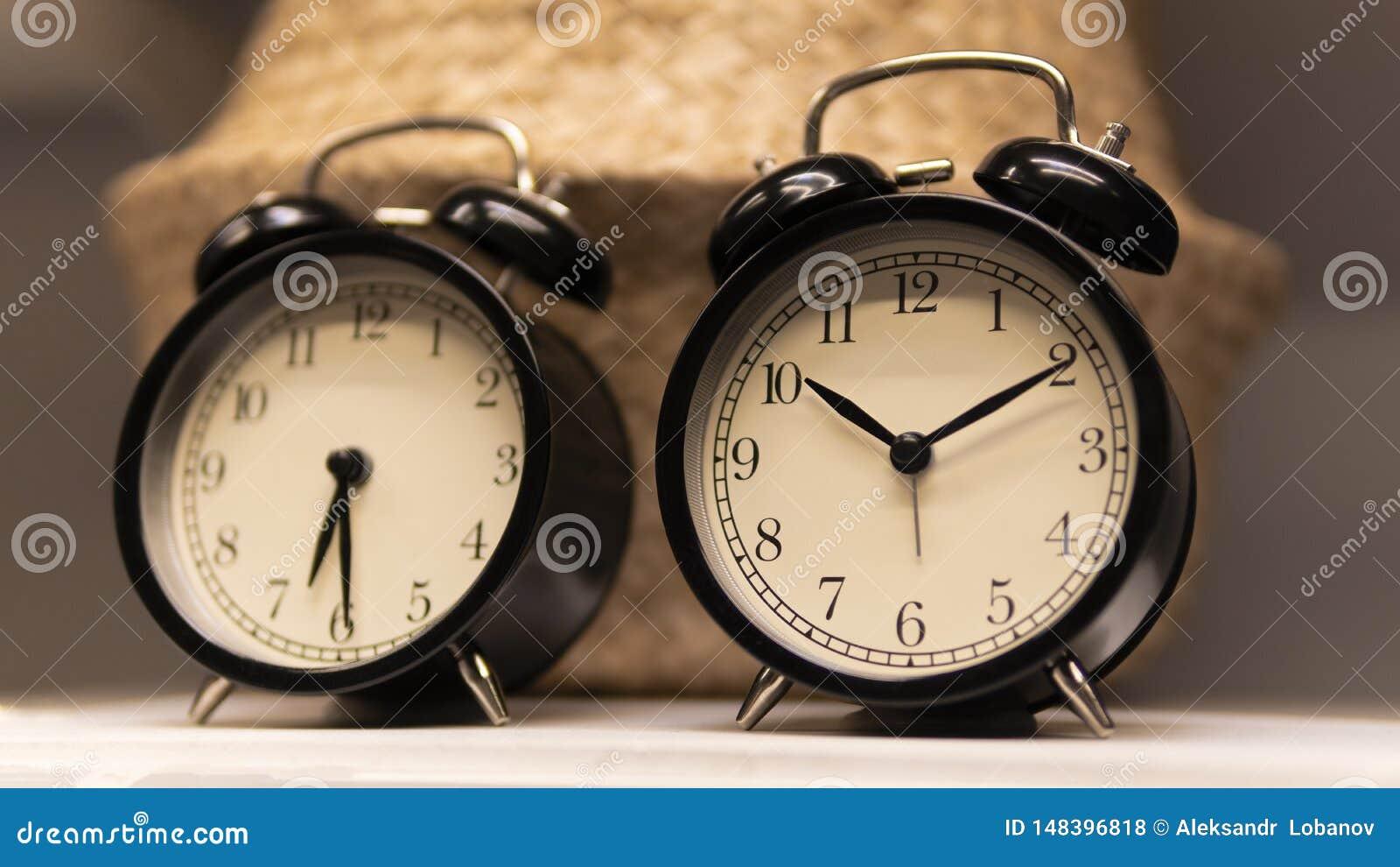 Reloj negro del escritorio en el estante