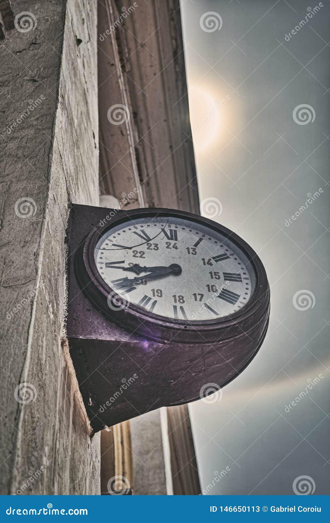 Reloj viejo en sol y arco iris