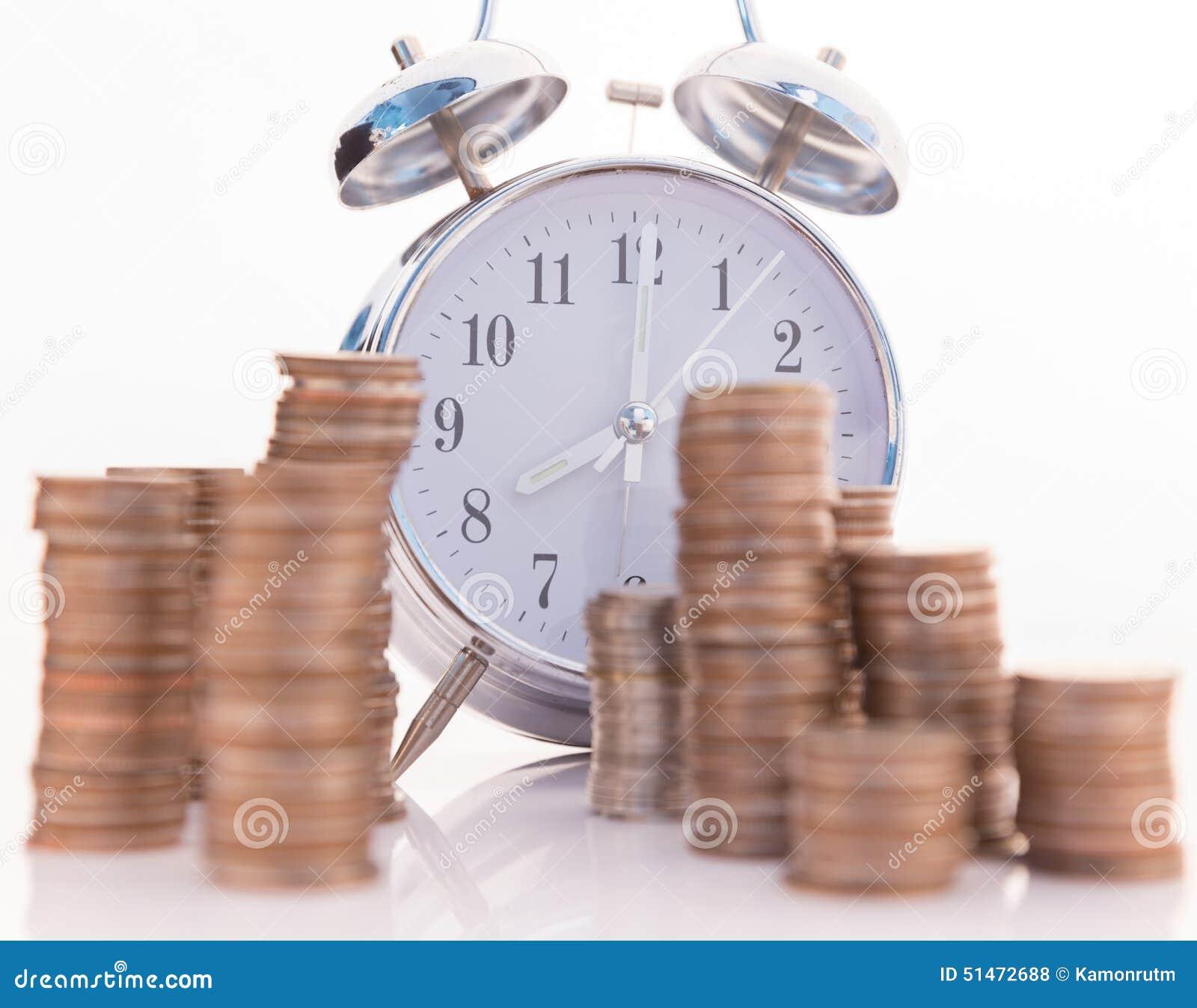 Reloj viejo hermoso que permanece en las monedas de oro for Que es una beta de oro