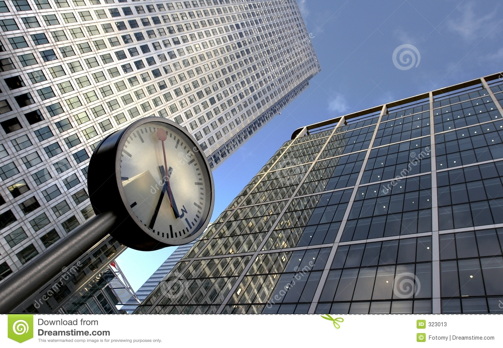Reloj y edificios de oficinas