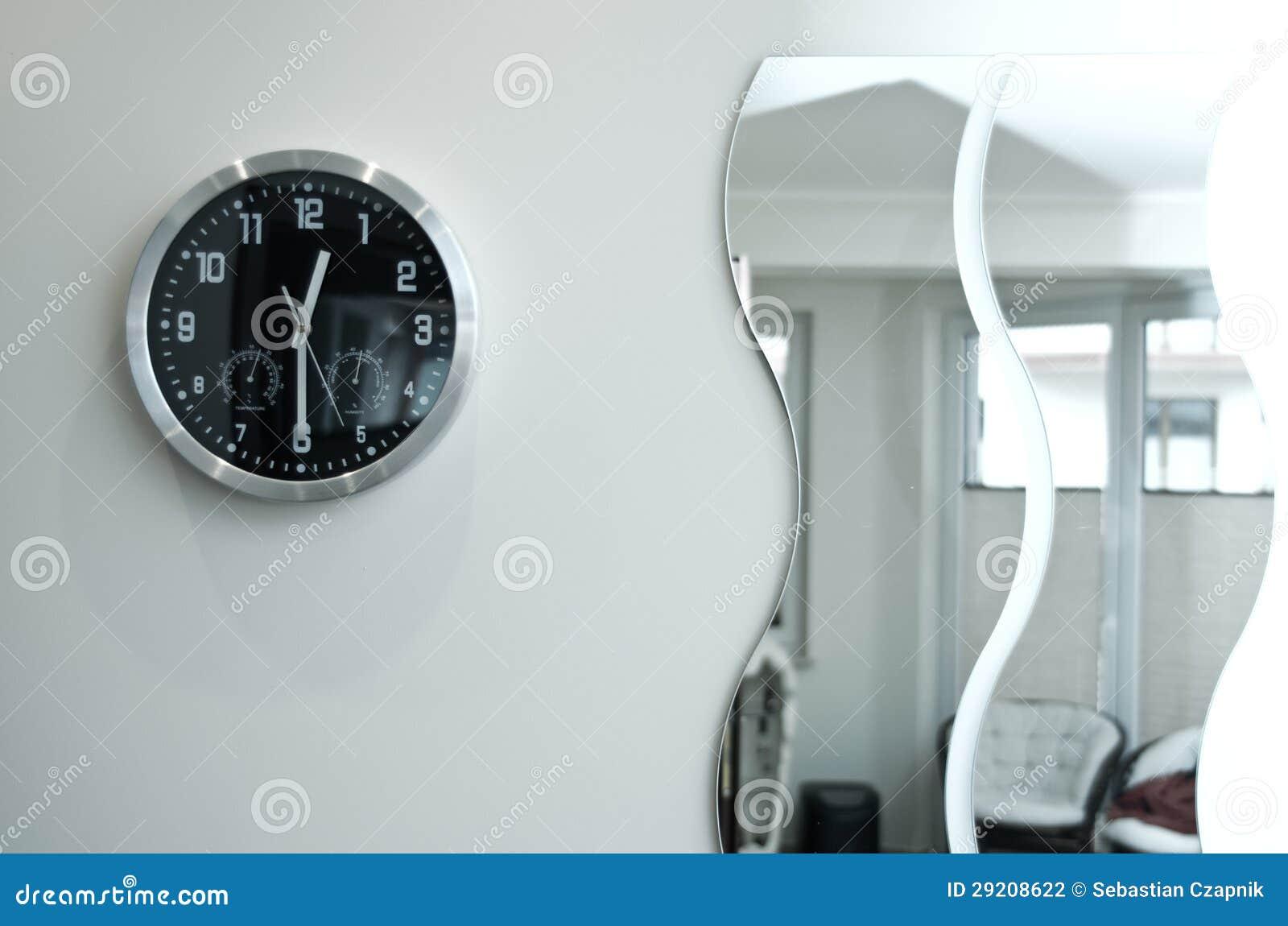 Reloj y espejos negros redondos de pared