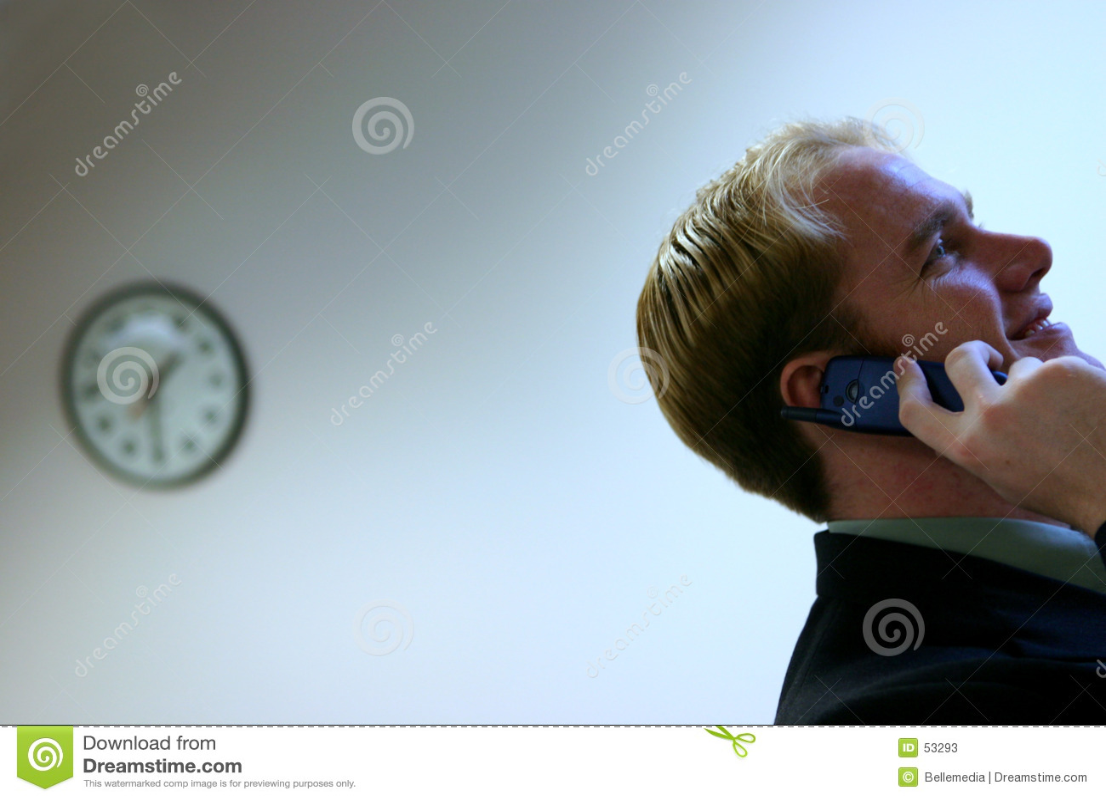 Reloj y hombre joven en el teléfono celular