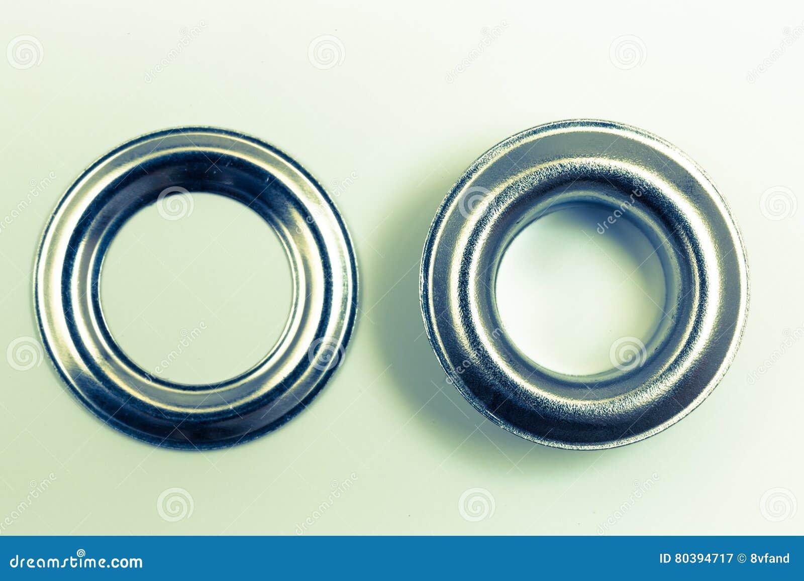 Remaches del agujero en una óptica retra del fondo ligero