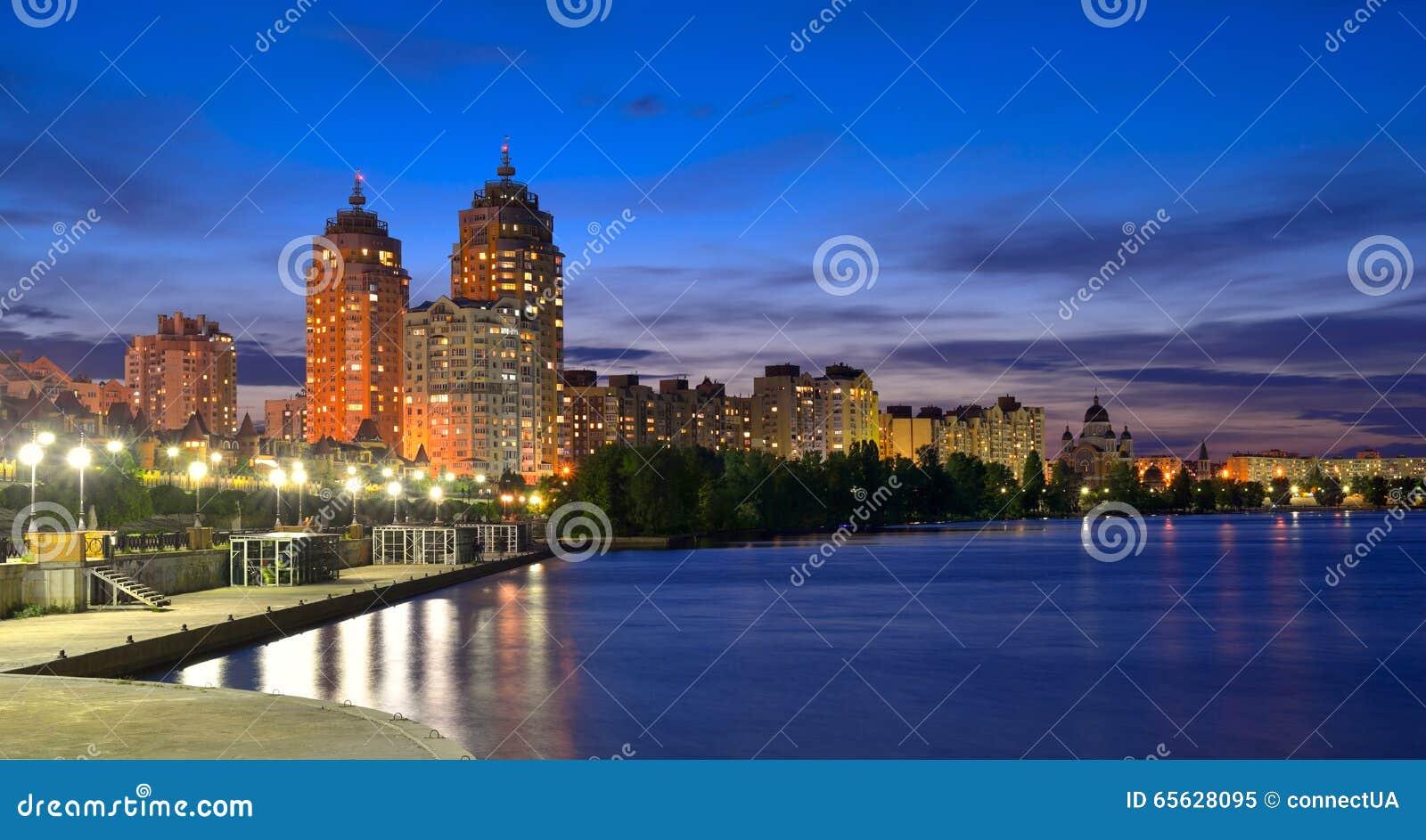 Remblai d Obolon de la rivière de Dnieper