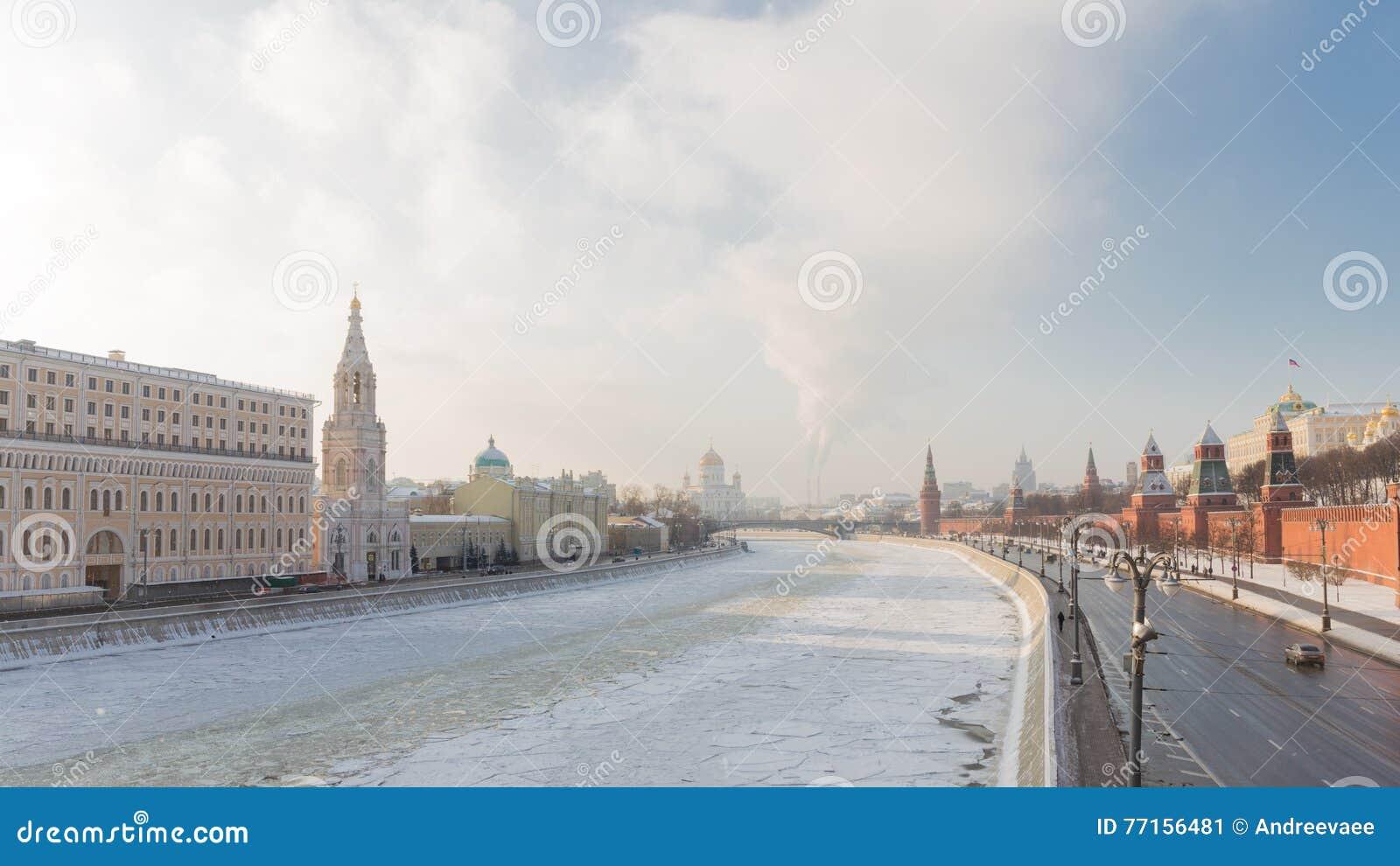 Remblai de Moscou Kremlin en hiver
