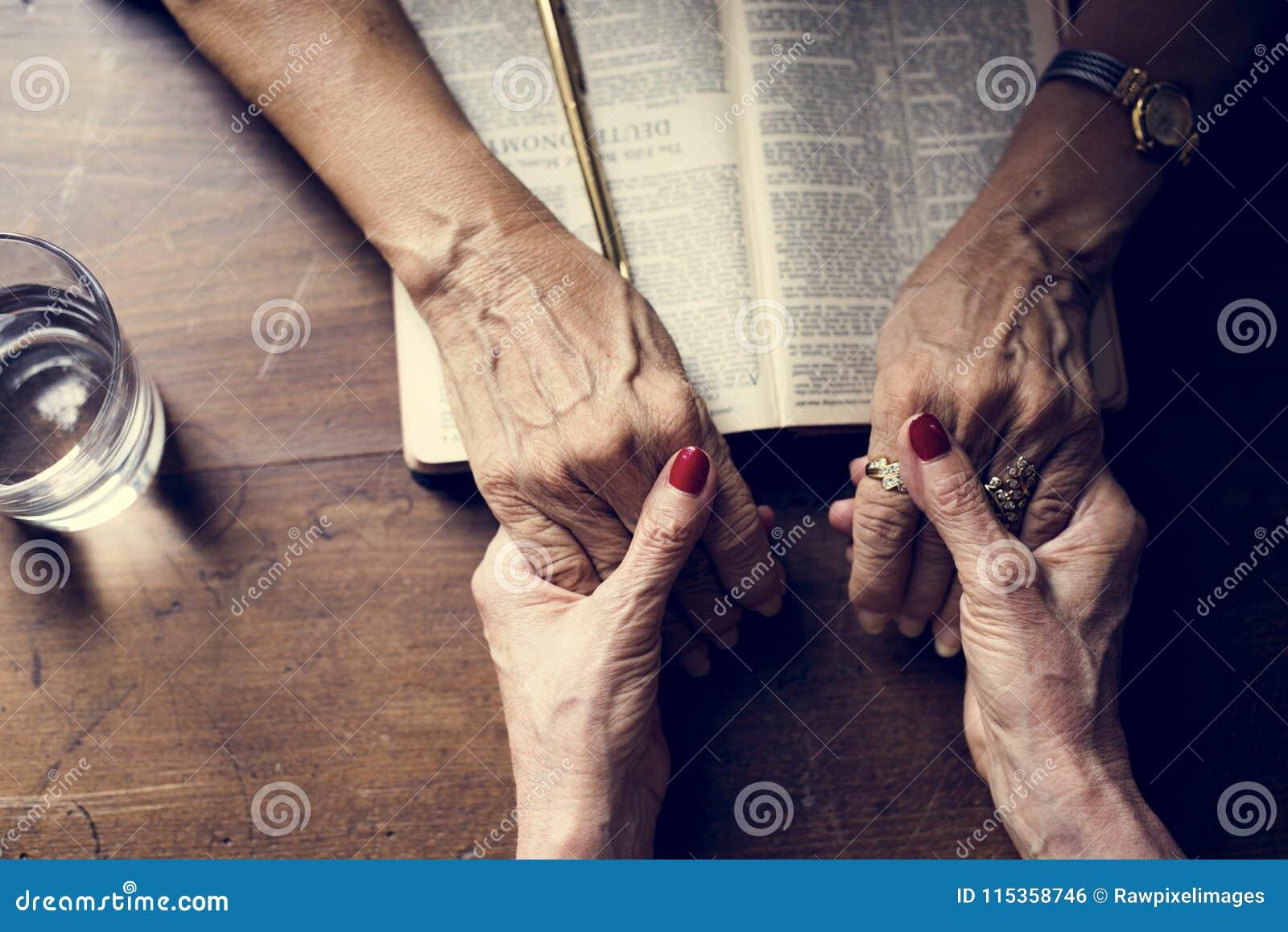 Remet la foi de prière dans la religion de christianisme