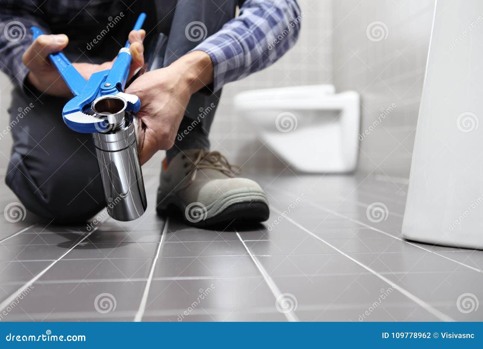 Remet le plombier au travail dans une salle de bains, mettant d aplomb le service des réparations, As