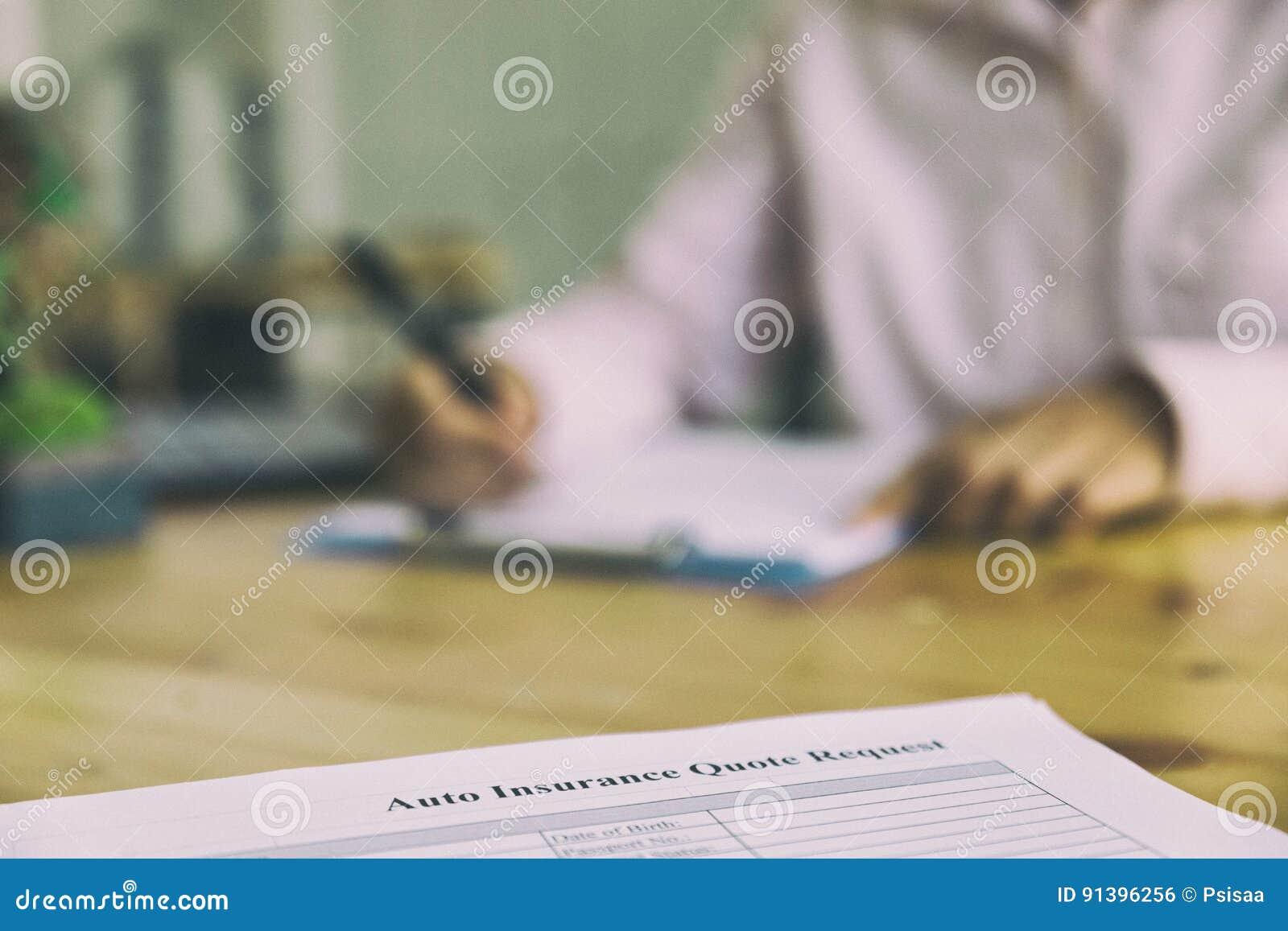 Remettez complètent la forme d assurance automobile sur un presse