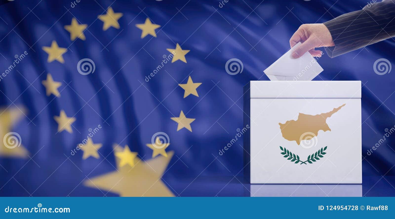 Remettez insérer une enveloppe dans une urne de drapeau de la Chypre sur le fond de drapeau d Union européenne illustration 3D