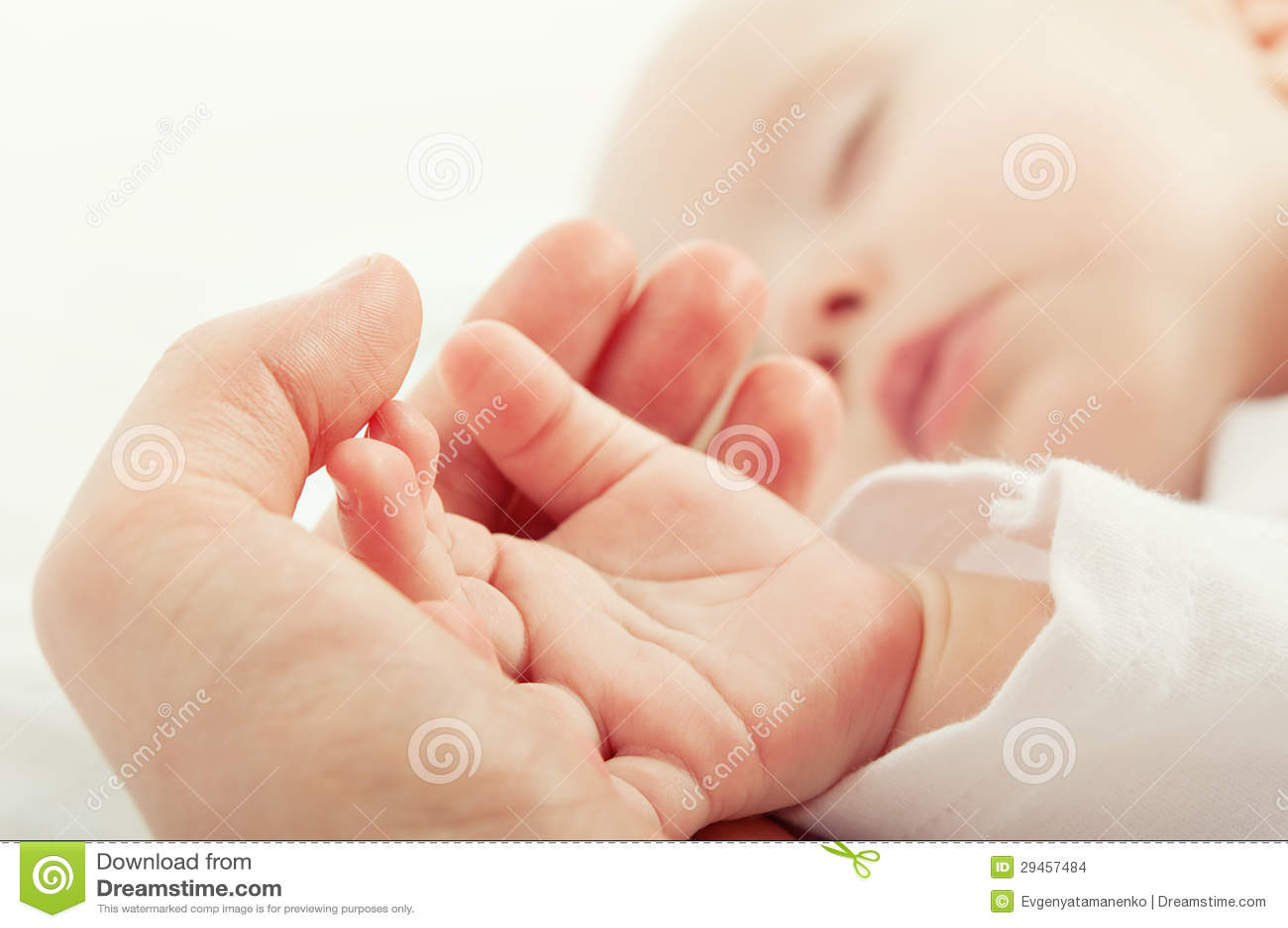 Remettez la chéri de sommeil dans la main de la mère