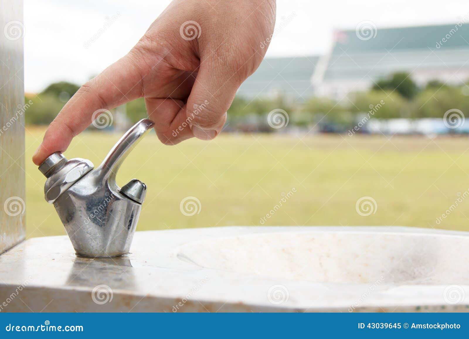 remettez le bouton poussoir d 39 homme du robinet d 39 eau potable au parc image stock image 43039645. Black Bedroom Furniture Sets. Home Design Ideas