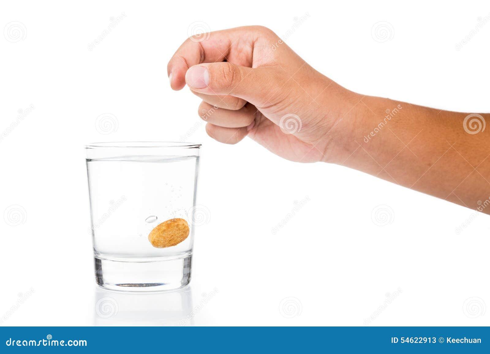Remettez le comprimé effervescent de chute de vitamine C dans le verre de l eau