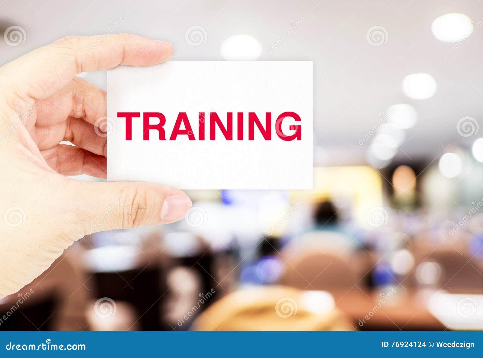 Remettez tenir la carte de visite professionnelle de visite avec le mot de formation lors du séminaire ha de tache floue