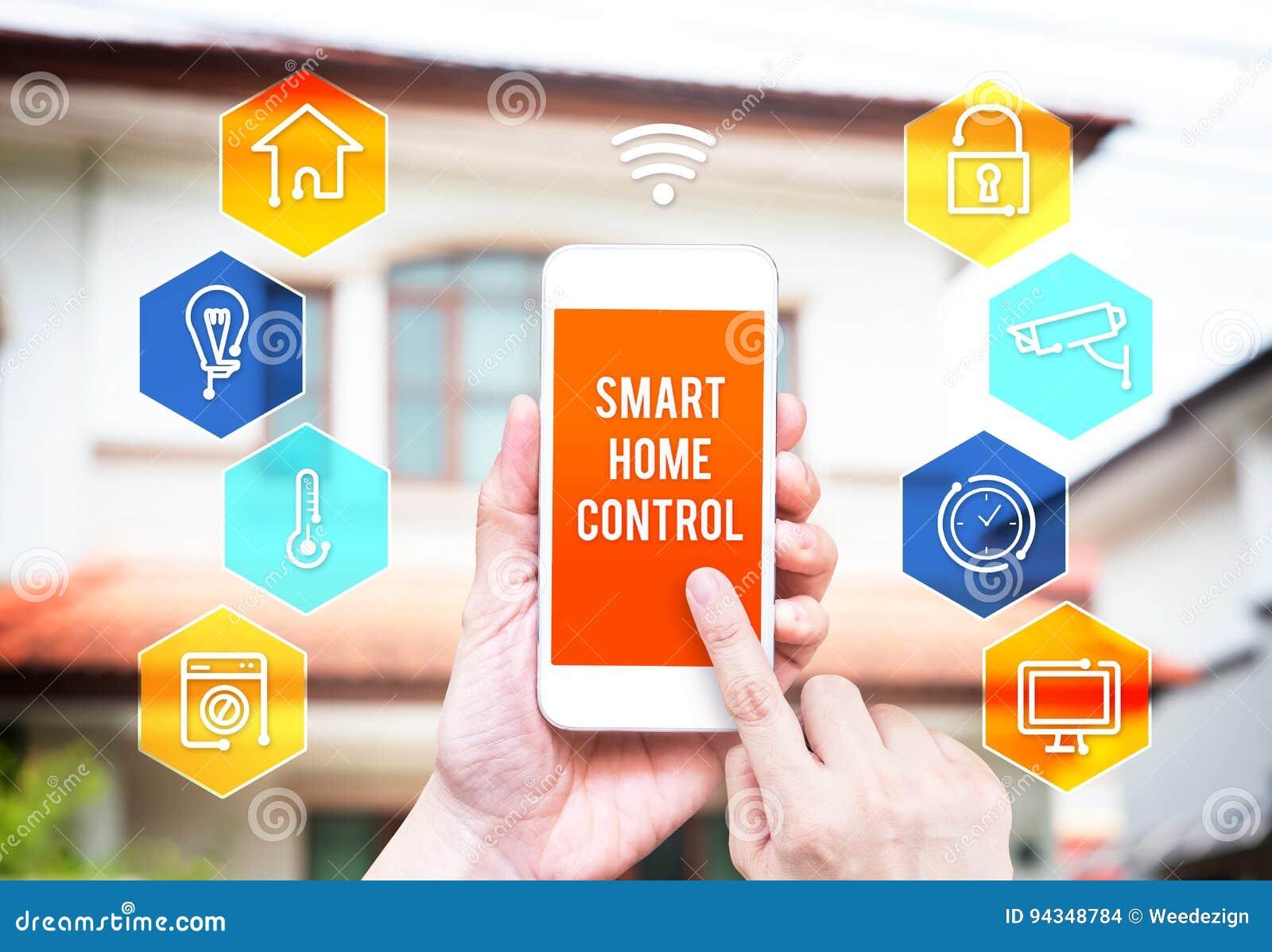 Remettez tenir le téléphone intelligent avec l application à la maison de contrôle avec la tache floue