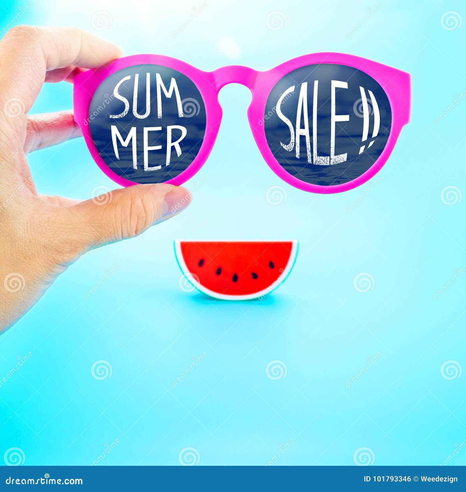 Remettez tenir les verres roses d été avec la vente d été ! mot et wate