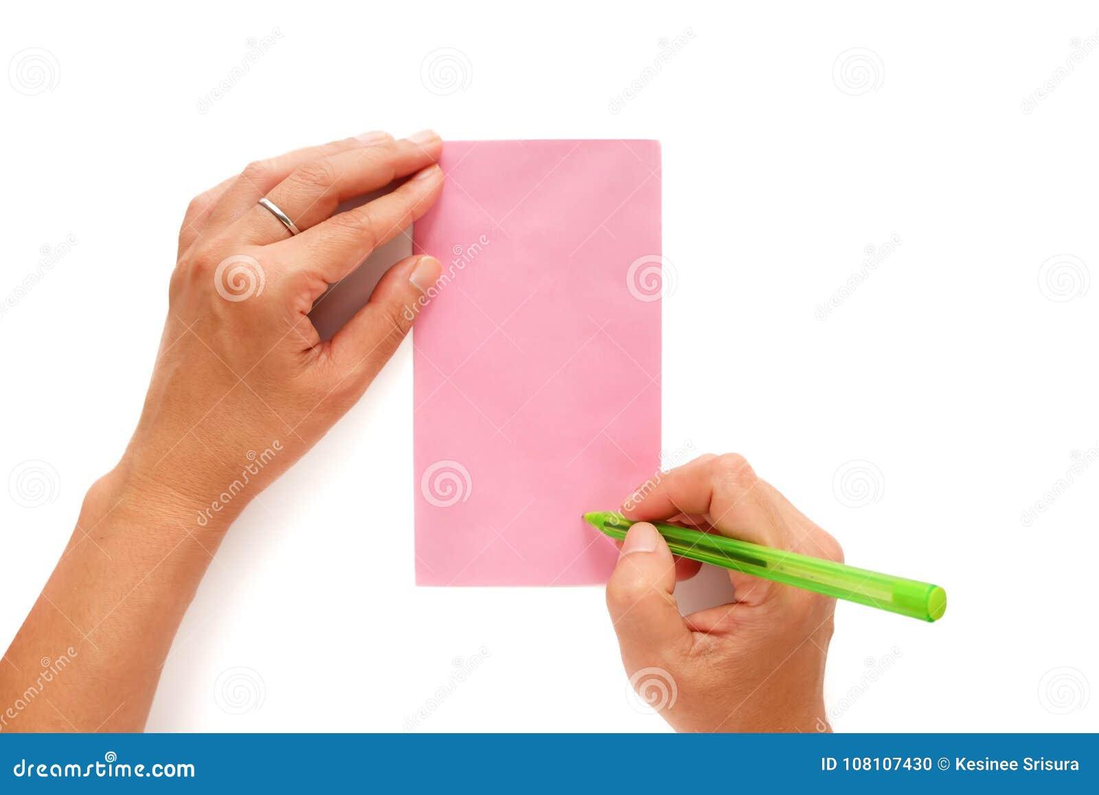 Remettez tenir un stylo et en étant adressé sur une enveloppe rose