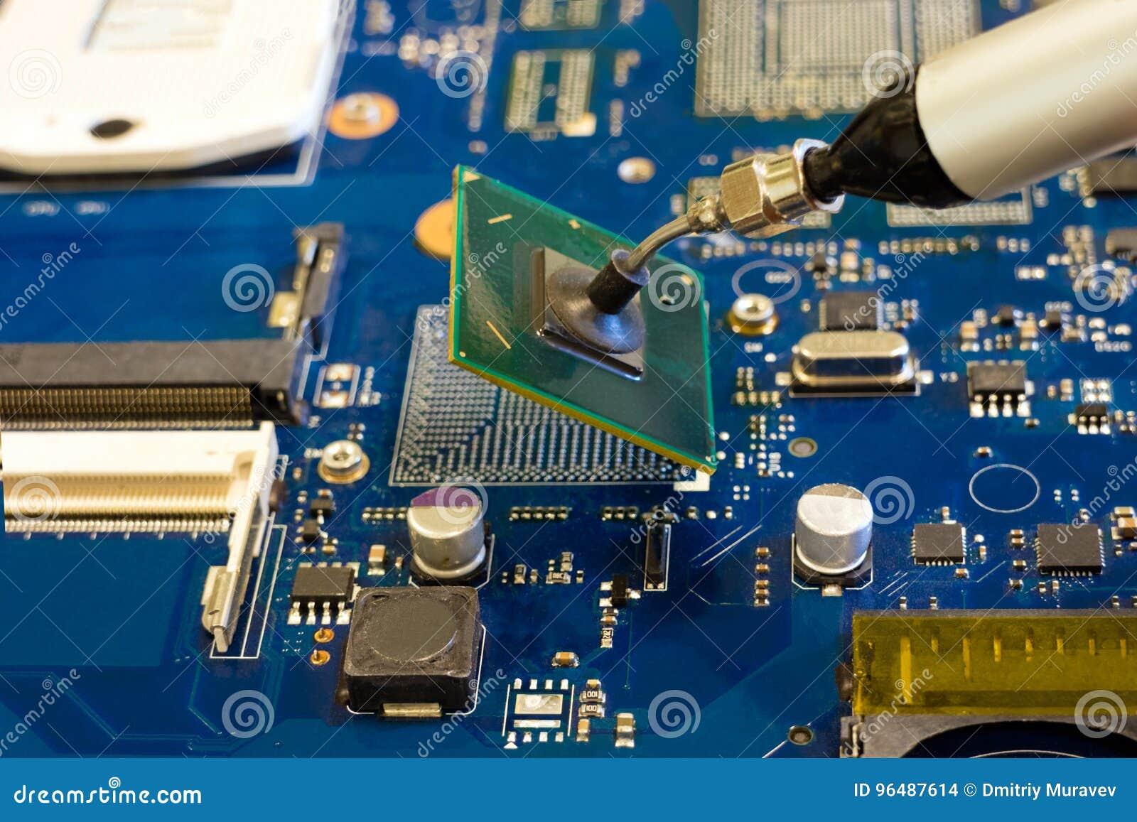 Remoção da microplaqueta pela pinça do vácuo Trabalho na desmontada de componentes eletrônicos