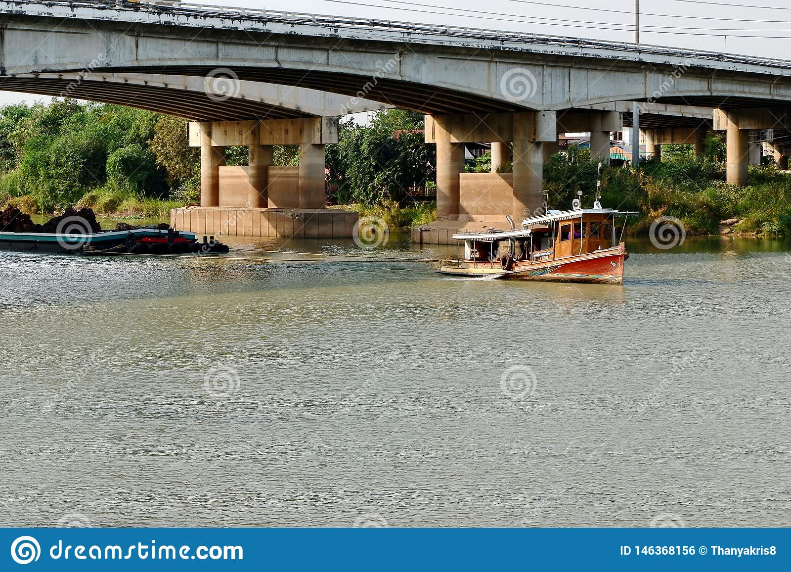 Remolcando el barco, para arrastrar el cargo a lo largo del r?o