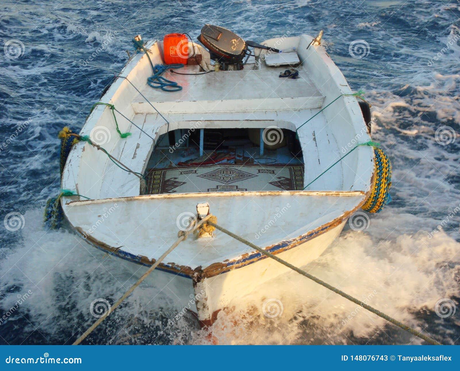 Remolque de los barcos para pescar en el mar