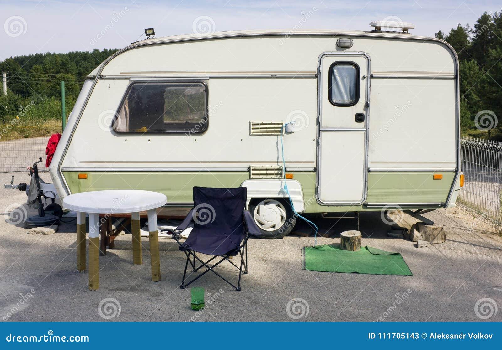 Remolque turístico del coche estándar en acampar del verano