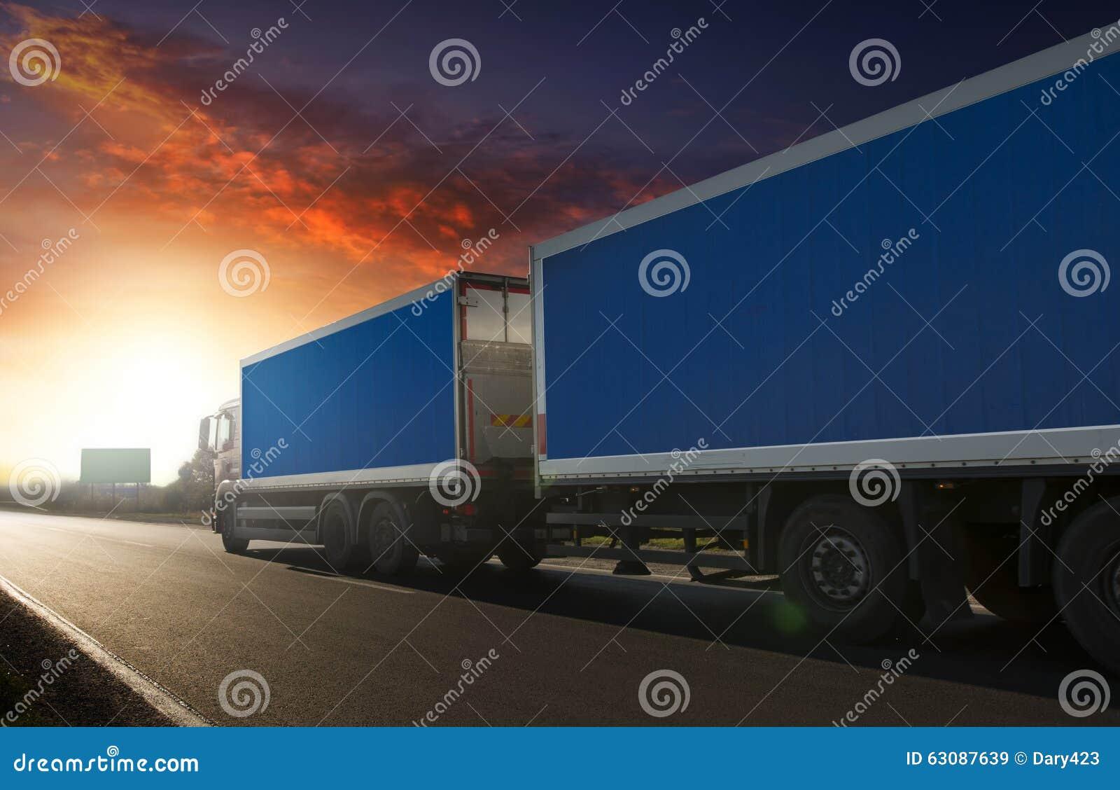 Download Remorque De Camion Sur La Route Image stock - Image du delivery, orange: 63087639