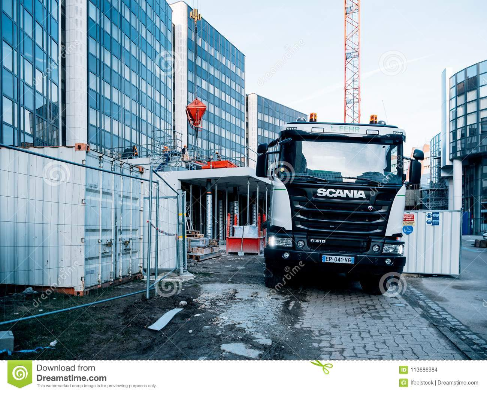 Remorque de mélangeur de camion de Scania au chantier de construction