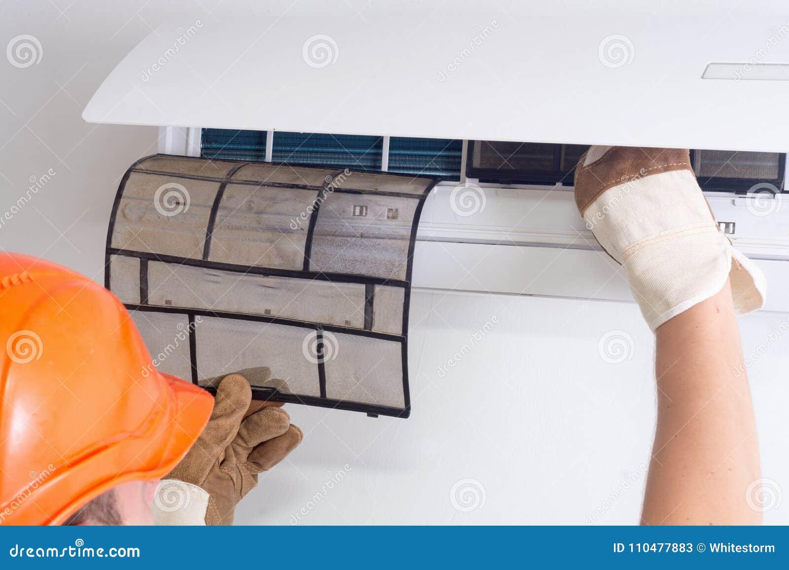 Removendo o filtro sujo do condicionador de ar