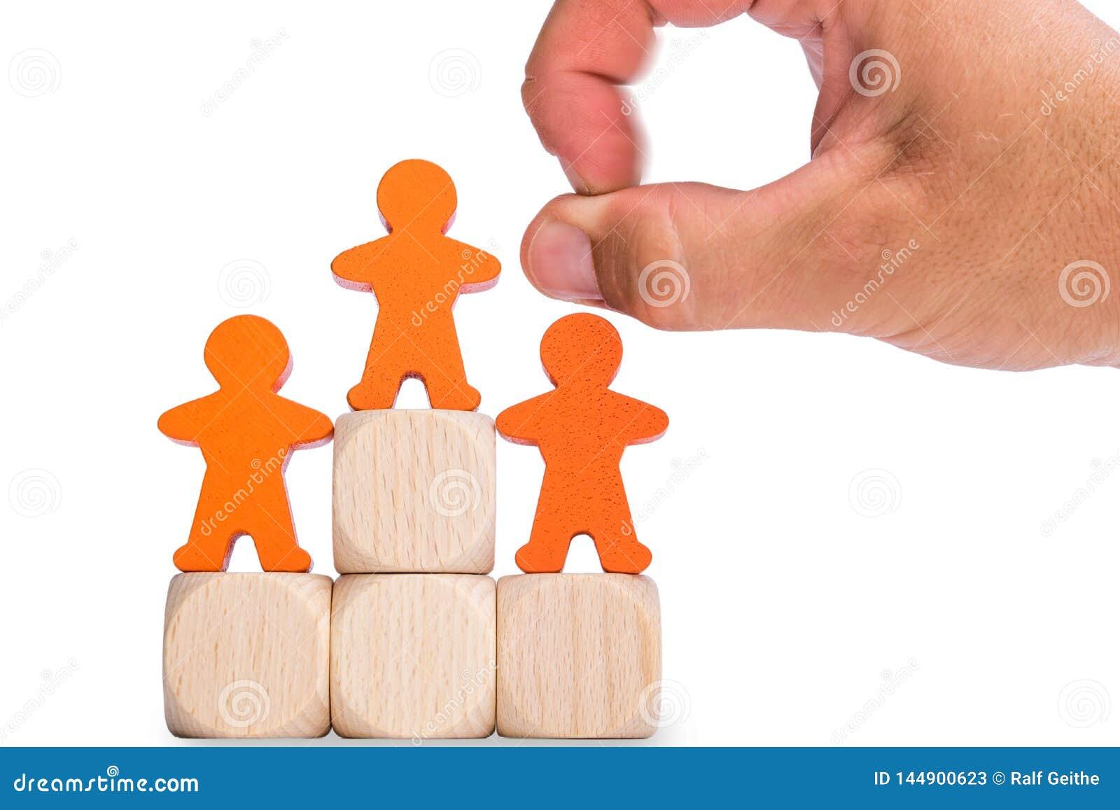 Remplacement d exécutif représenté devant le mâle en bois devant le fond blanc