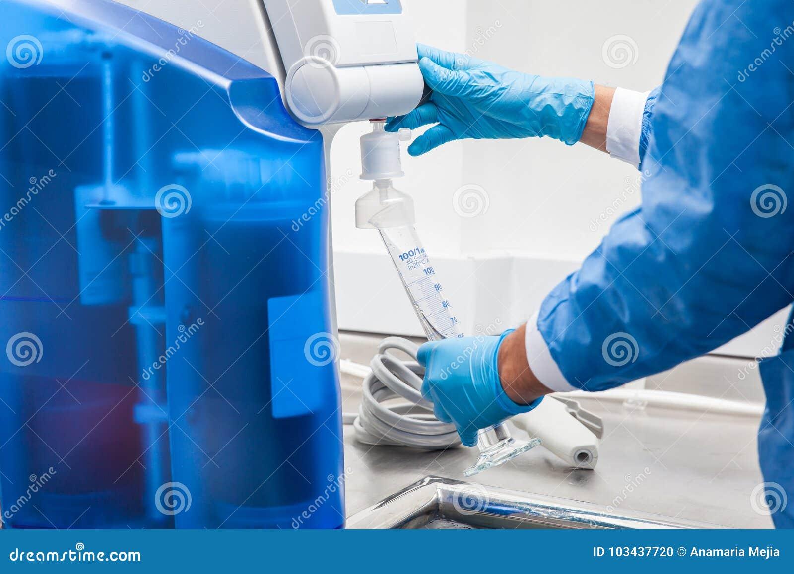 Remplir cylindre gradué de l eau distillée à l