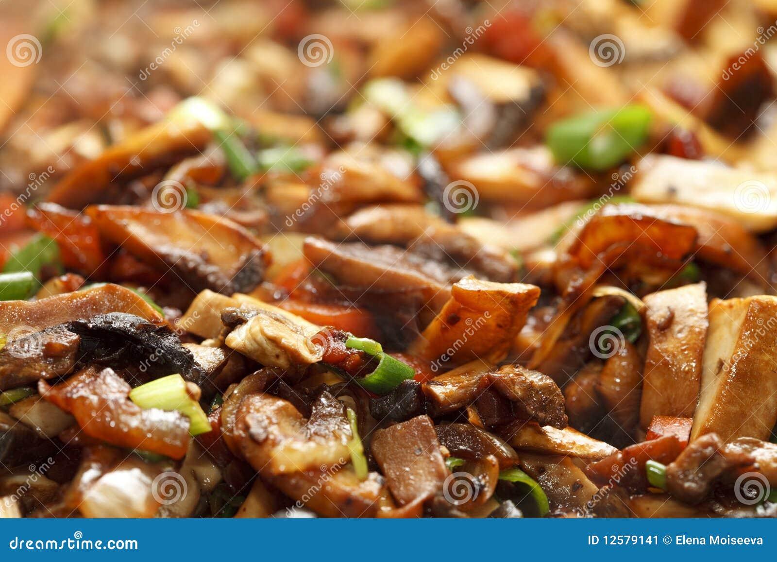 Remuez faire frire des vegs - oignon de source, mashrooms, raccord en caoutchouc