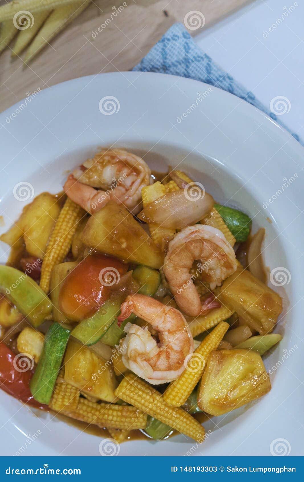 Remuez la crevette frite avec la sauce aigre-doux