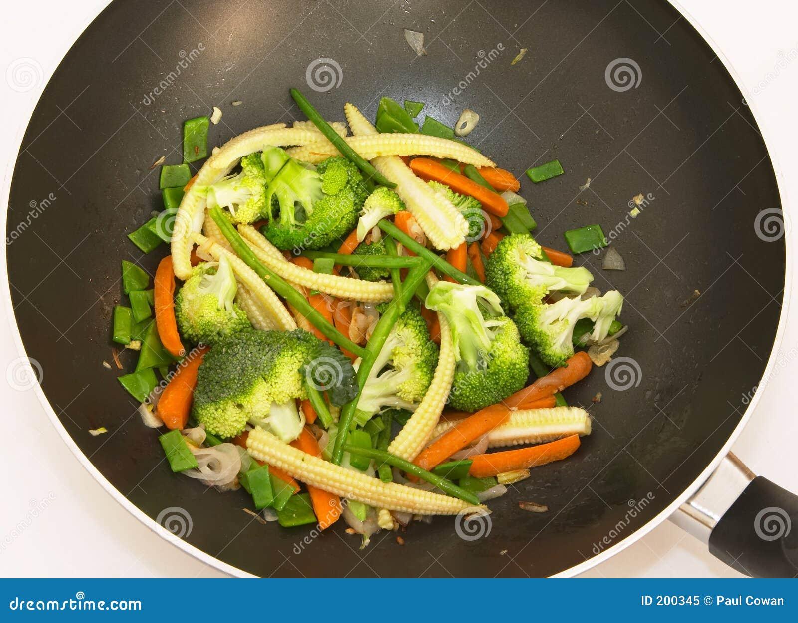Remuez la friture dans le wok