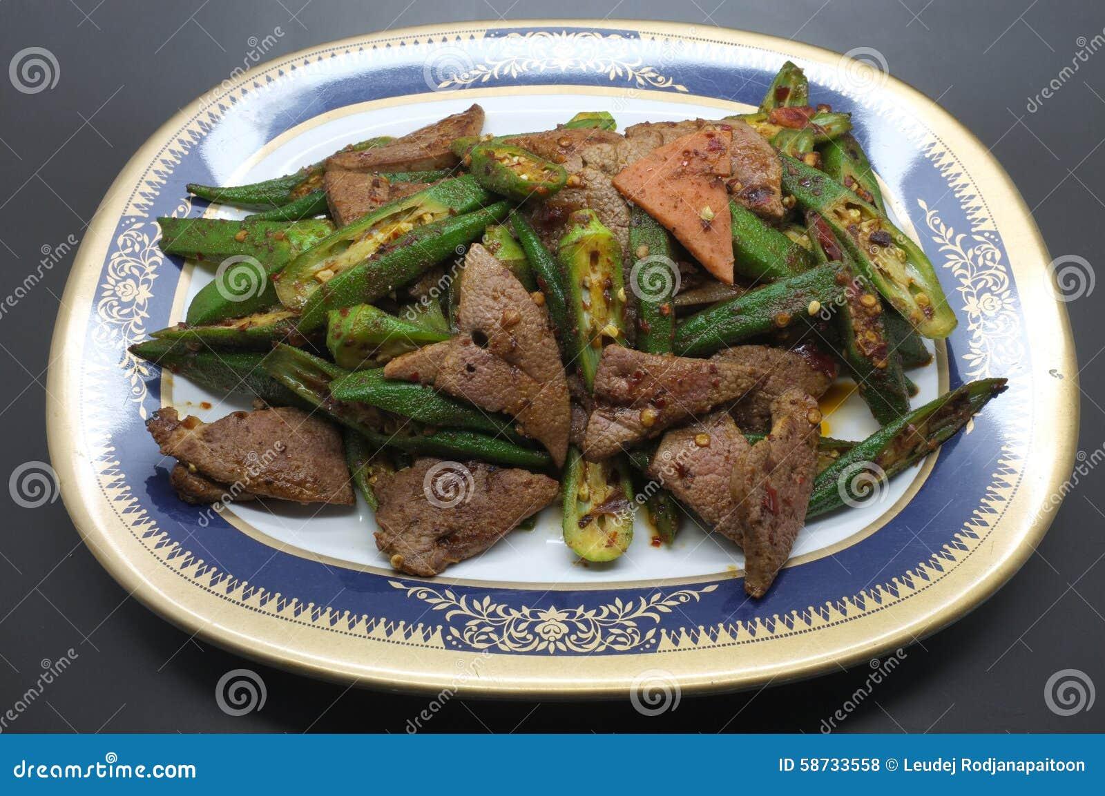 Remuez le foie frit de porc avec le gombo, le doigt de la dame