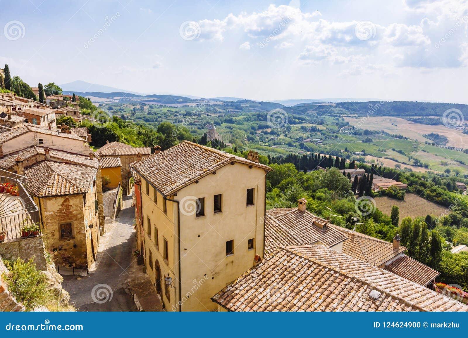 Renässanshus och fält av Montepulciano, Italien