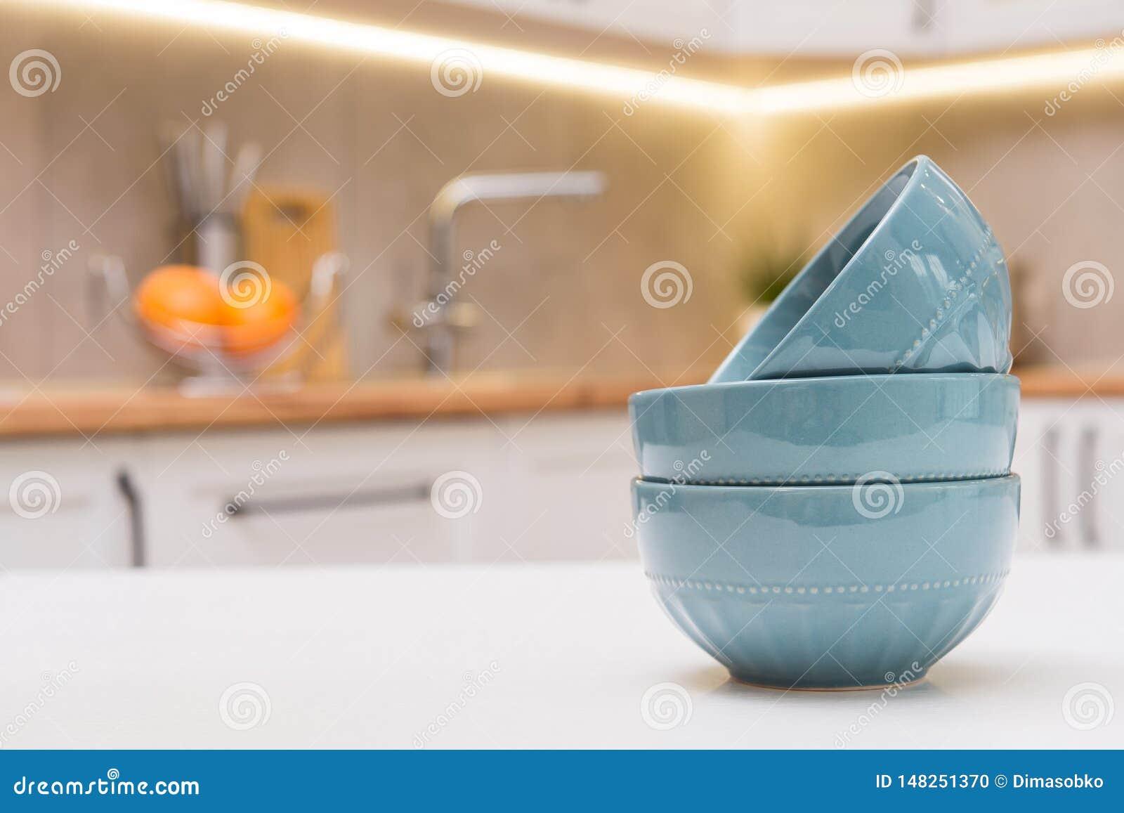 Ren disk för blått porslin på en trävit tabell