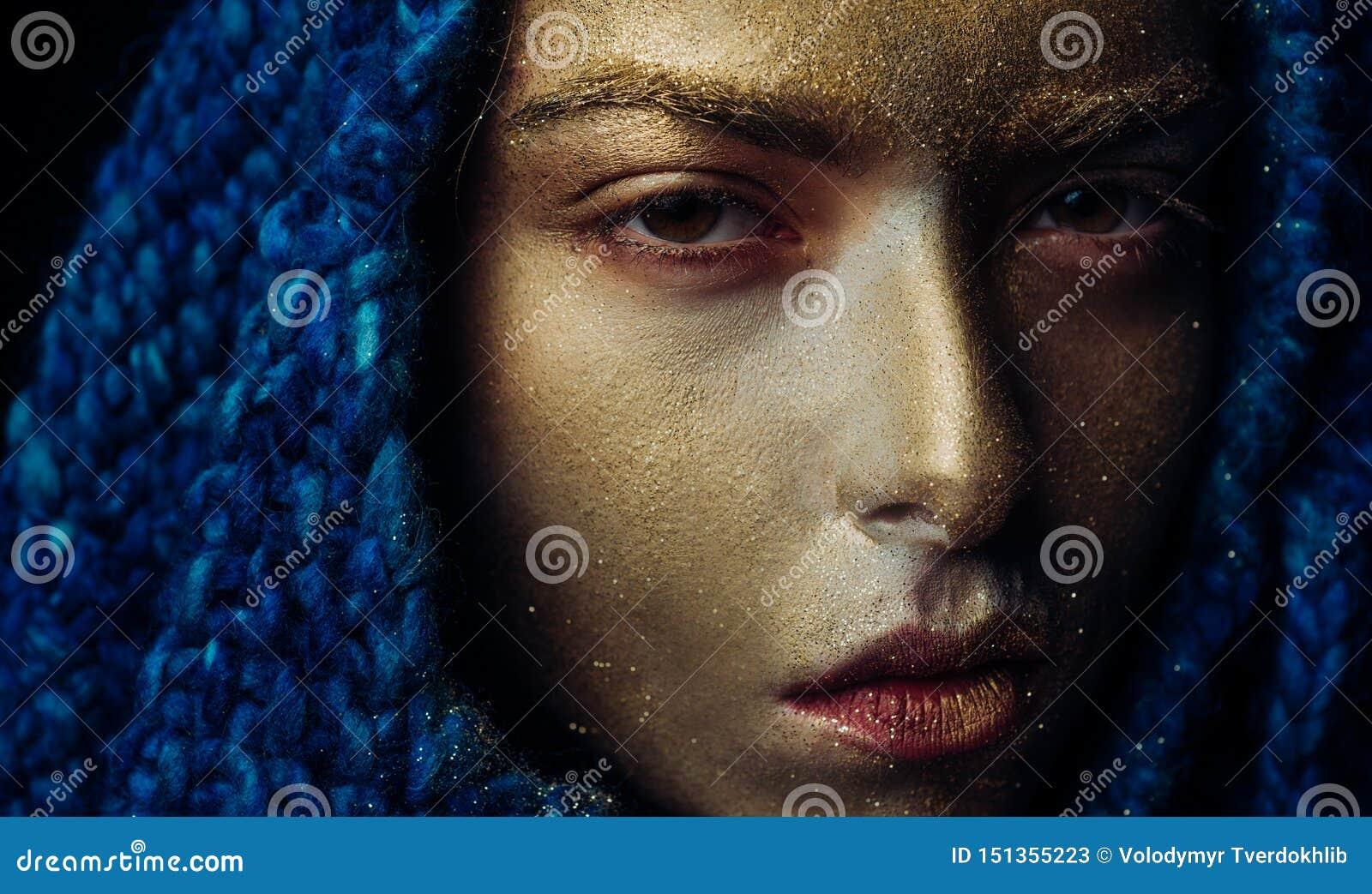 Ren guld Vogue begrepp guld- hud N?tt framsida f?r attraktiv kvinna med metallized f?rg f?r makeup- och kroppkonst SPA och
