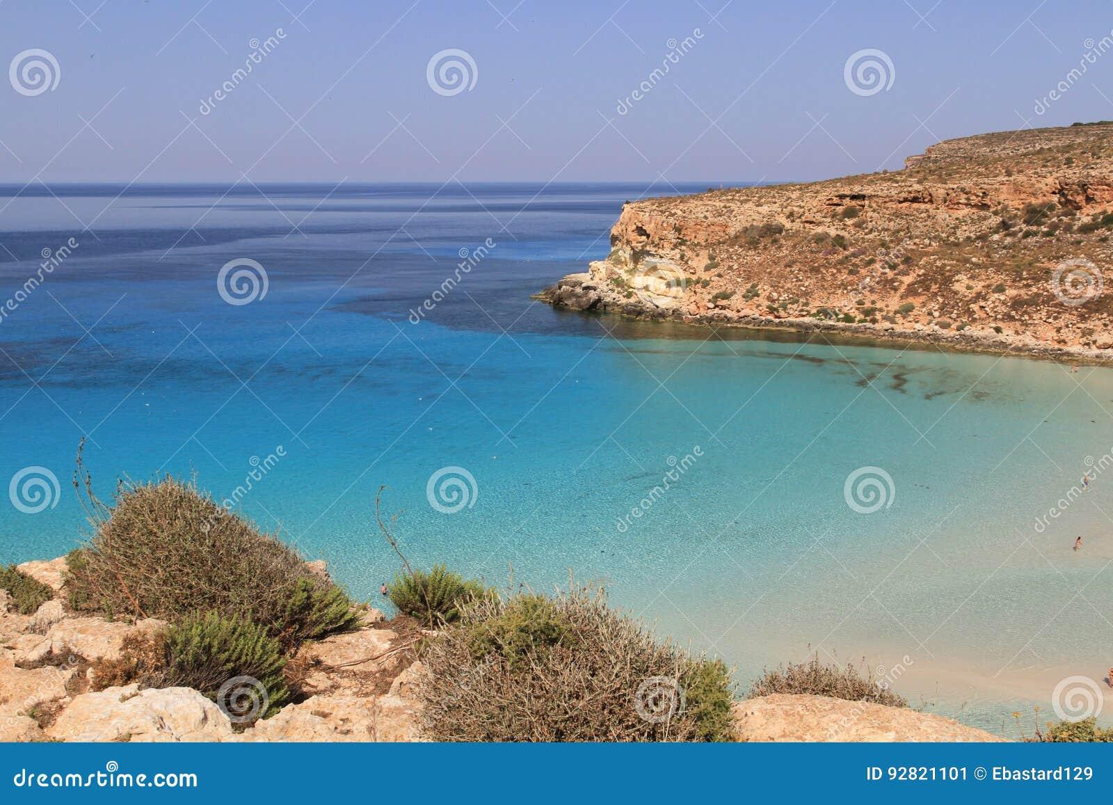 Ren kristallisk vattenyttersida runt om en ö - Lampedusa, sic