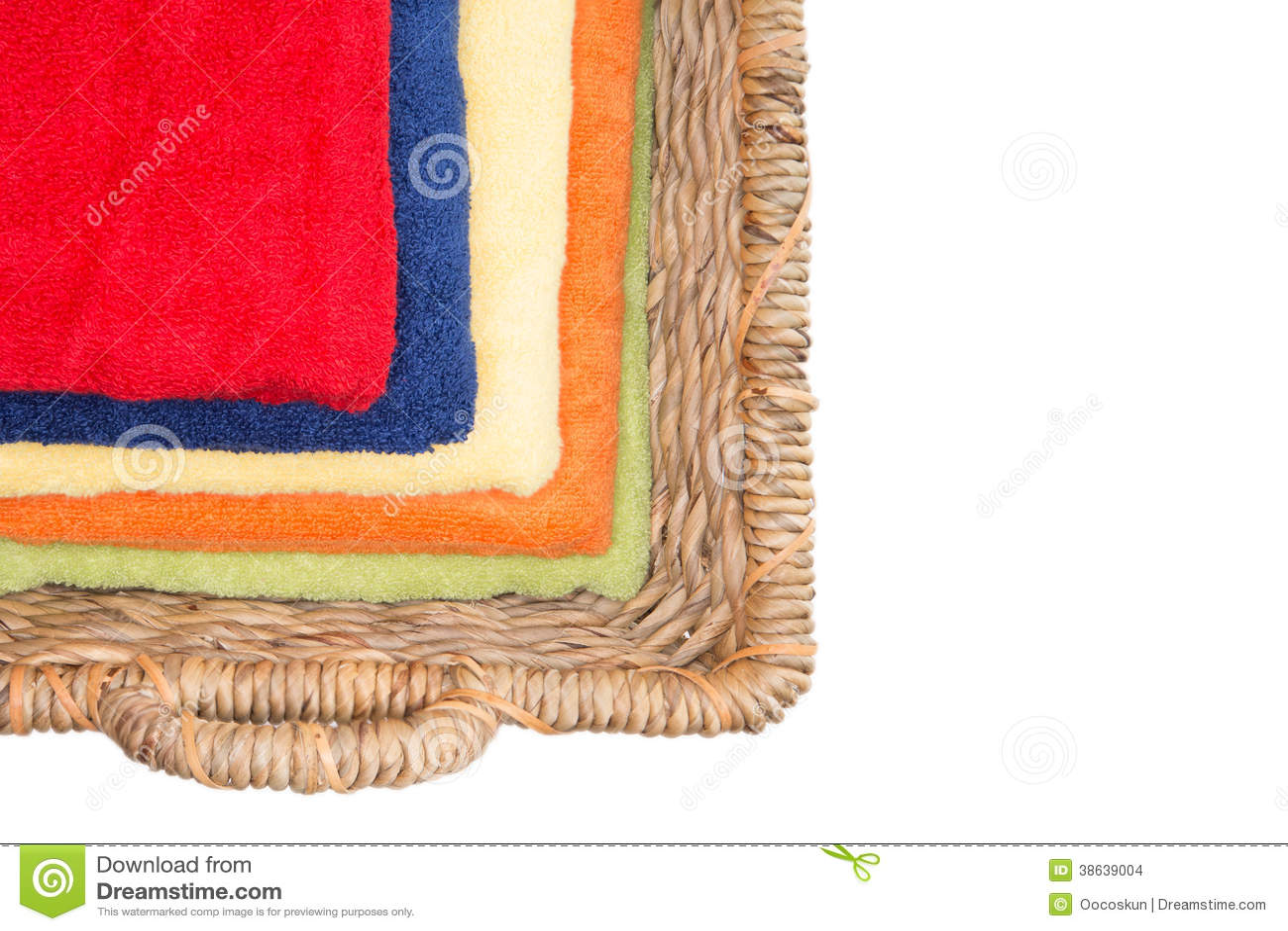 Rena färgrika tvättade handdukar i en vide- korg