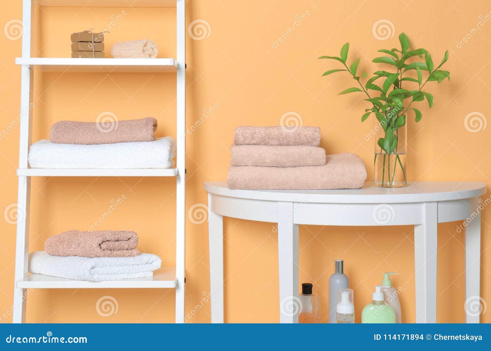 Rena handdukar i badrum