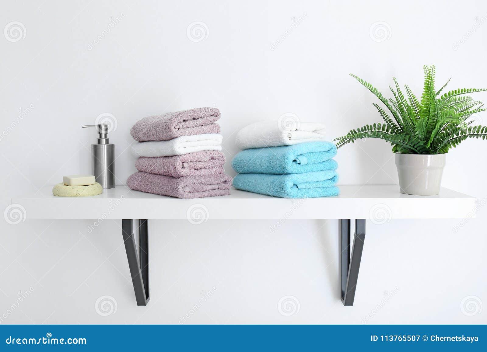 Rena handdukar på hylla