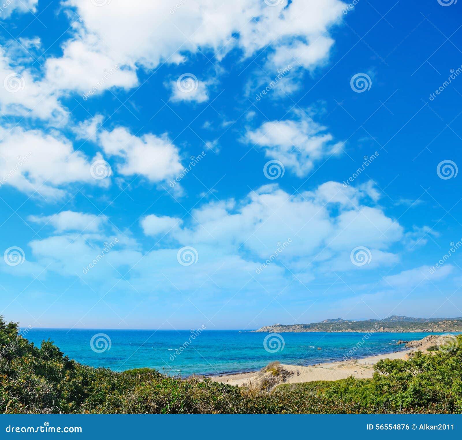 Rena majore ακτή κάτω από έναν νεφελώδη ουρανό