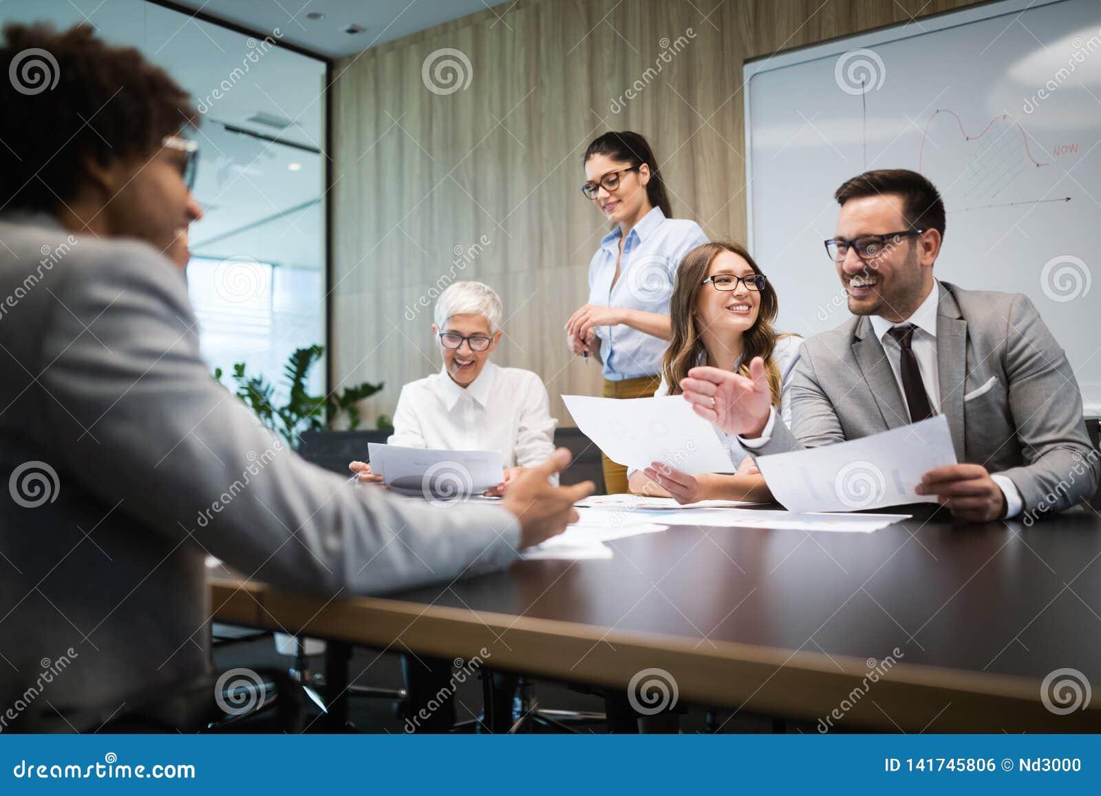 Rencontrer des affaires d entreprise de succès faisant un brainstorm le concept de travail d équipe