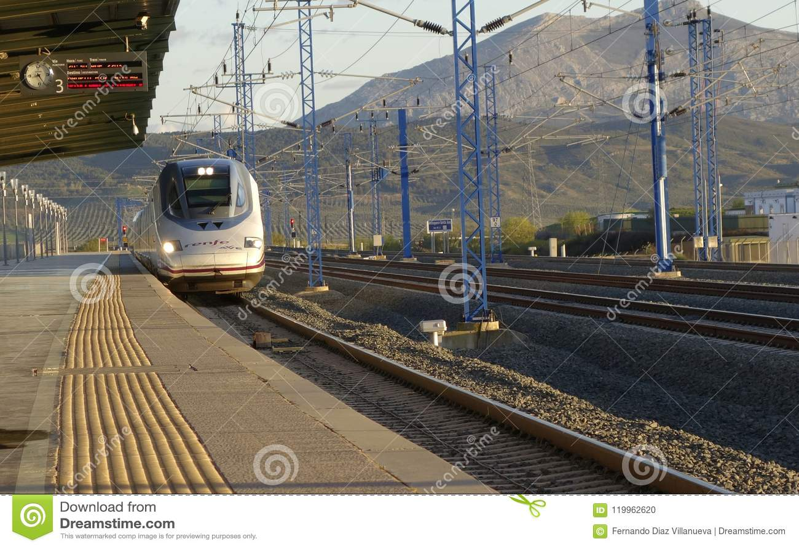 Renfe Wysoka prędkość AVE S-102 od MÃ ¡ laga przewodzi Madryt przy Santa Ana stacją kolejową