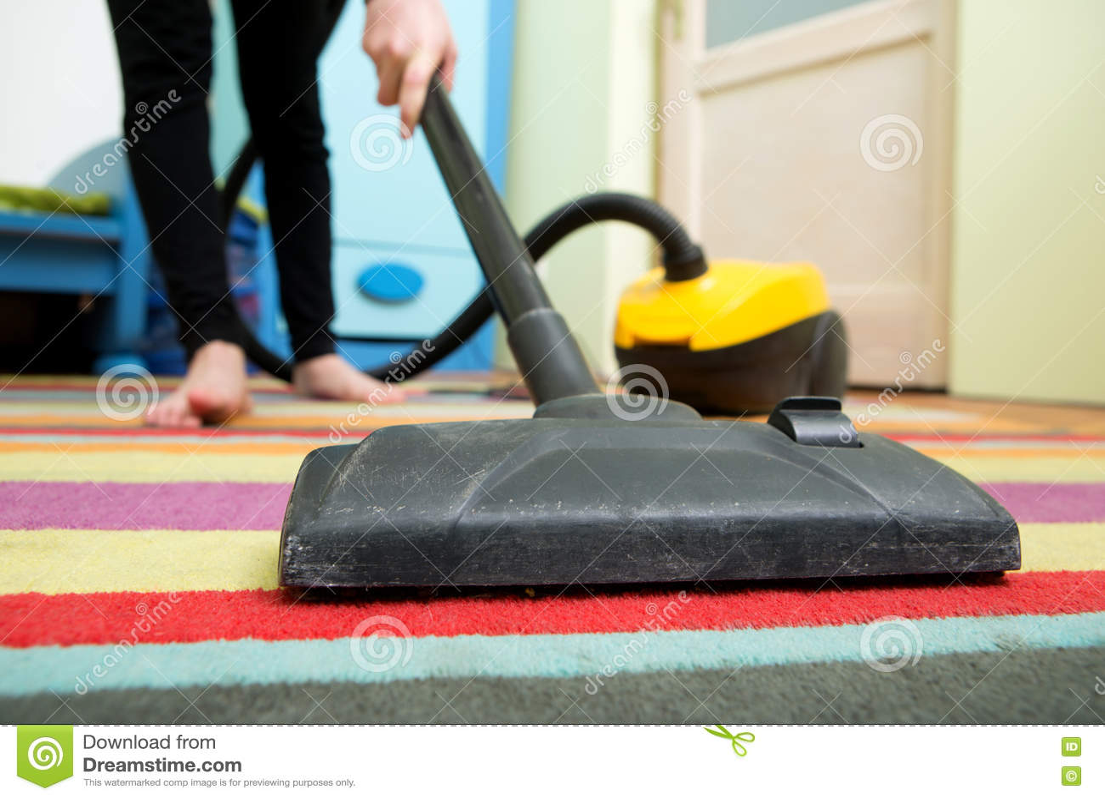 Rengörande golv med dammsugaren