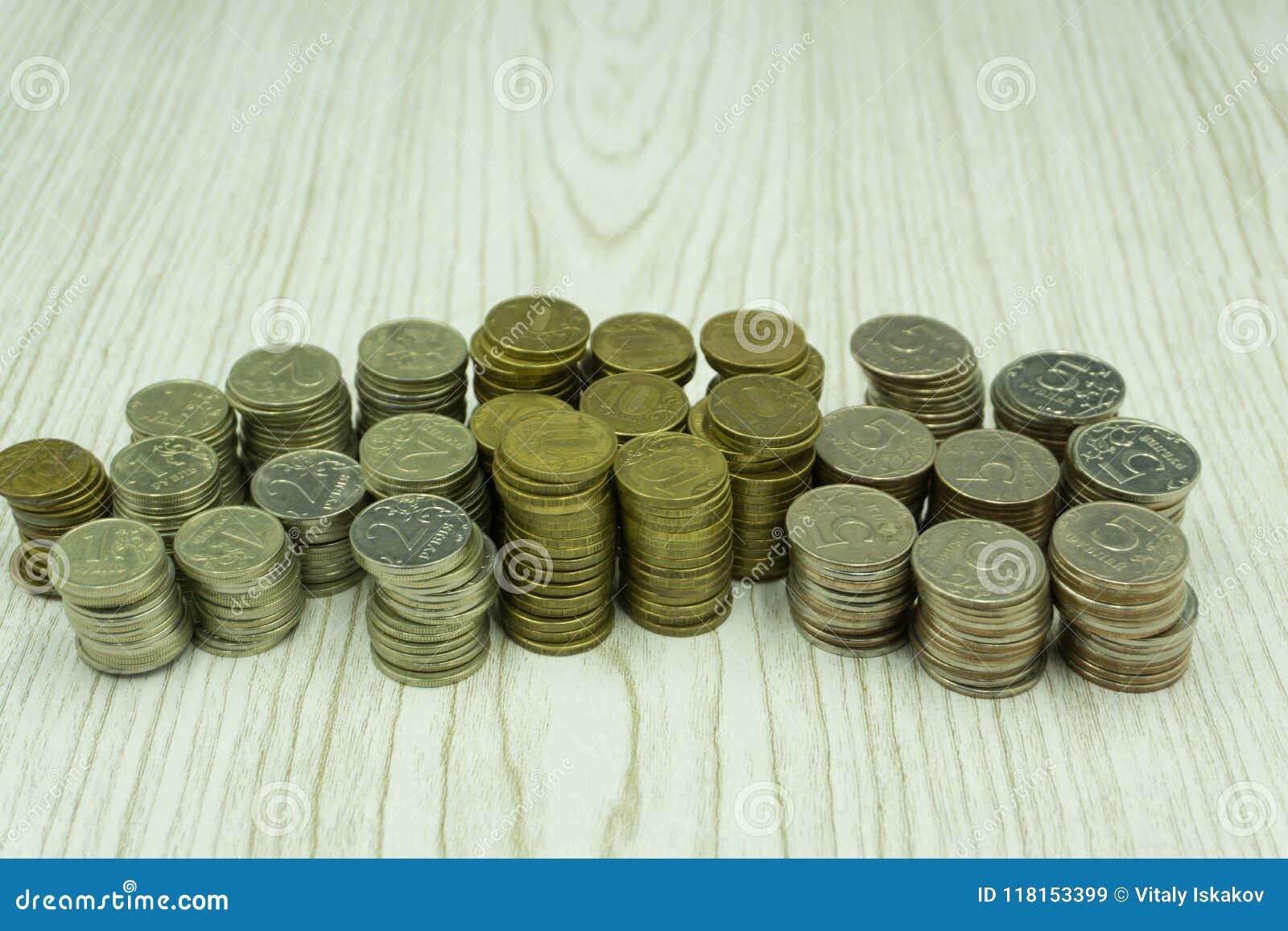 Rengöringsdukbaner av sockamarknaden, investeringbegrepp - guld- pengarmynt med mellanrumet, kopieringsutrymme