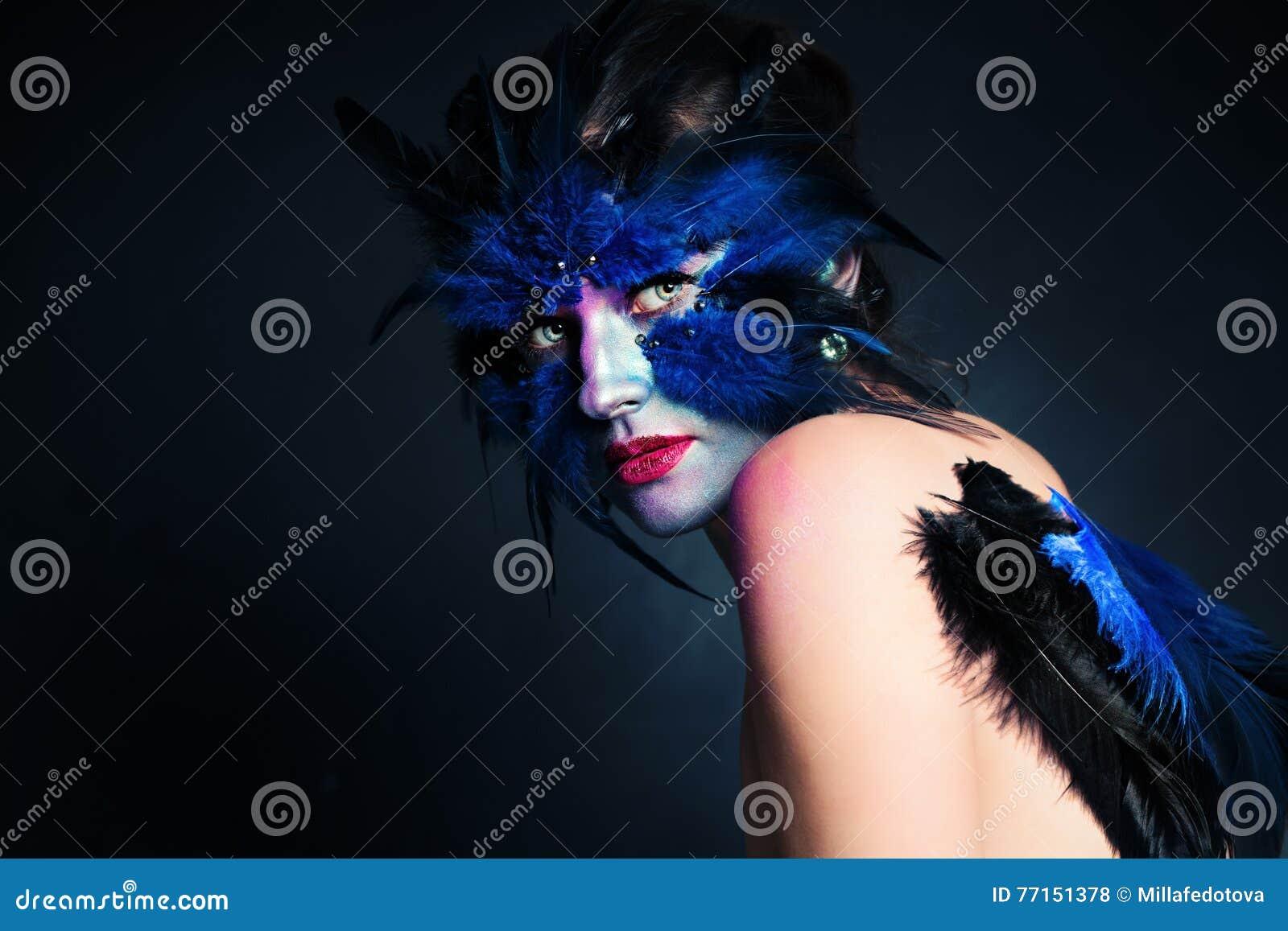 Renivellement de Veille de la toussaint Femme d oiseau d imagination avec le maquillage artistique