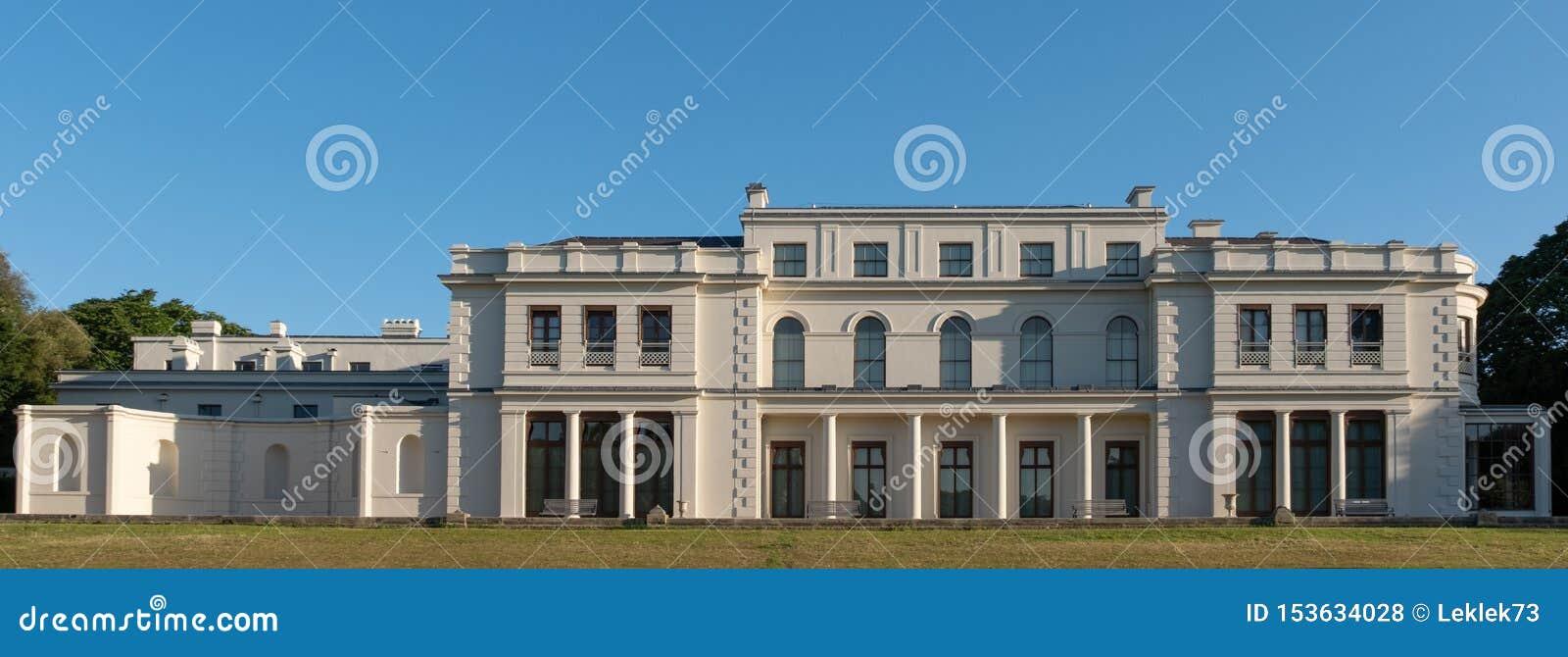 Renovó nuevamente el parque y el museo de Gunnersbury en el estado de Gunnersbury, poseído una vez por la familia de Rothschild,