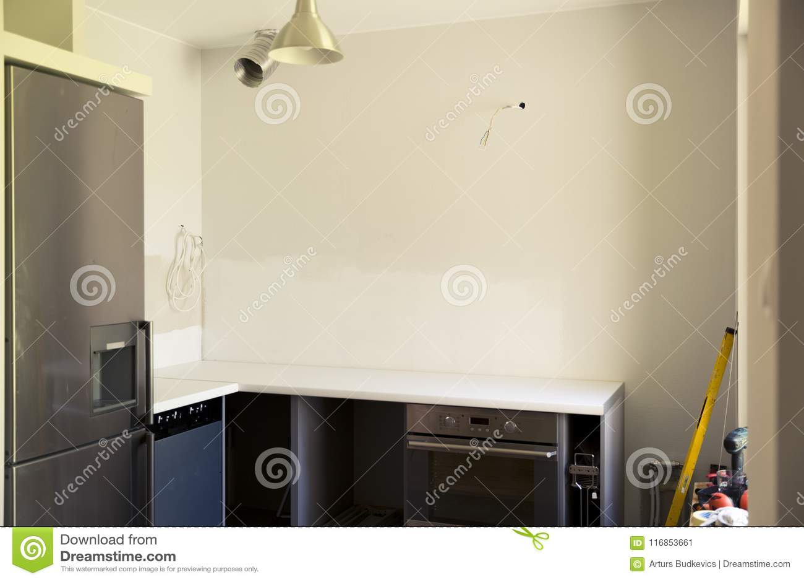 Renovação da casa e da cozinha Cozinha inacabado que remodela Canteiro de obras com ferramentas da construção